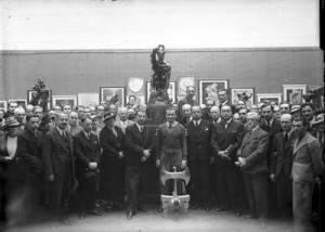 Stanisław Szukalski prezentujący rzeźbę Toporła. Zbiory NAC, domena publiczna